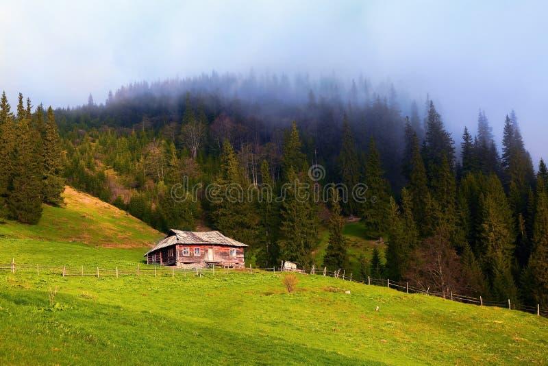 El viejo cercado de choza se coloca en un prado de la montaña imágenes de archivo libres de regalías