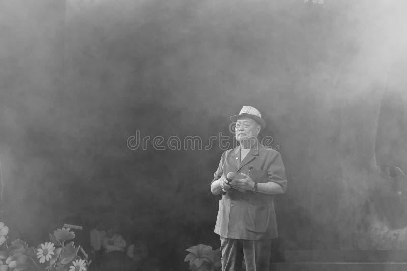 El viejo chencunjin masculino taiwanés famoso del cantante canta imagenes de archivo
