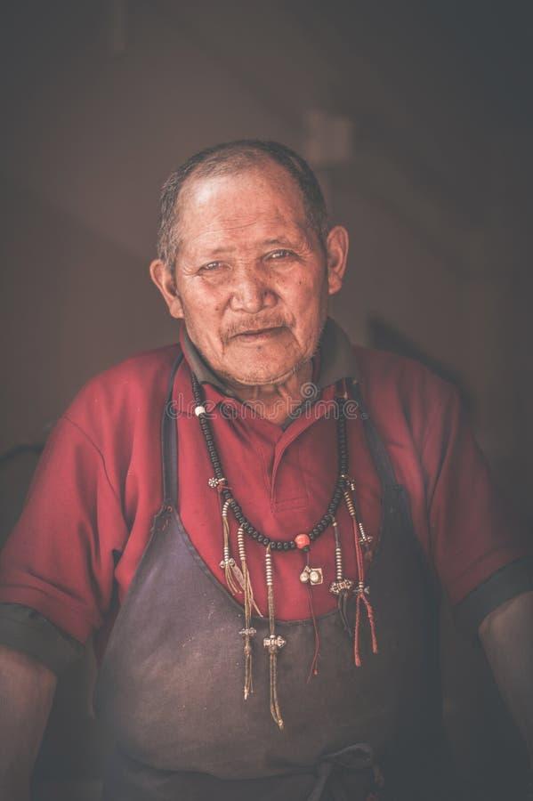 El viejo cocinero del monasterio de Rumtek fotos de archivo libres de regalías
