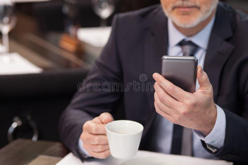 El viejo encargado acertado está descansando en restaurante imágenes de archivo libres de regalías