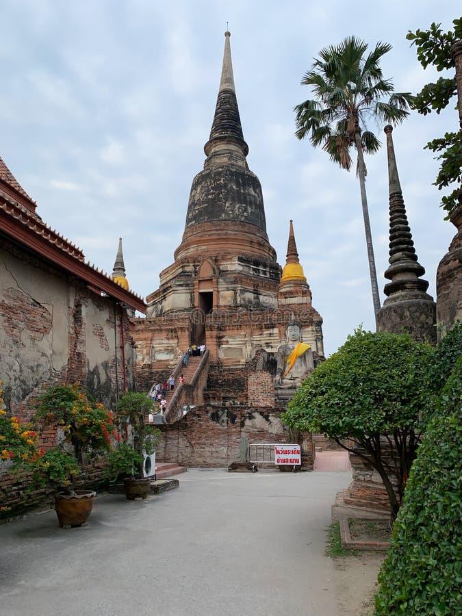 El viejo fondo de la pagoda y del cielo imagen de archivo