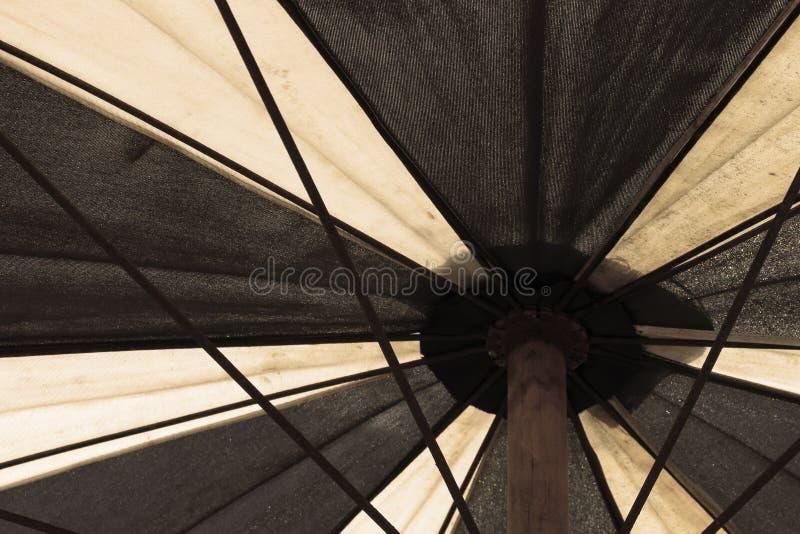 El viejo fondo de la piscina del paraguas - filtro del vintage imagen de archivo