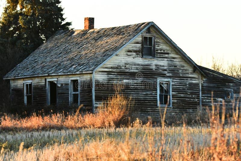 El viejo funcionamiento abajo cultiva la casa foto de archivo