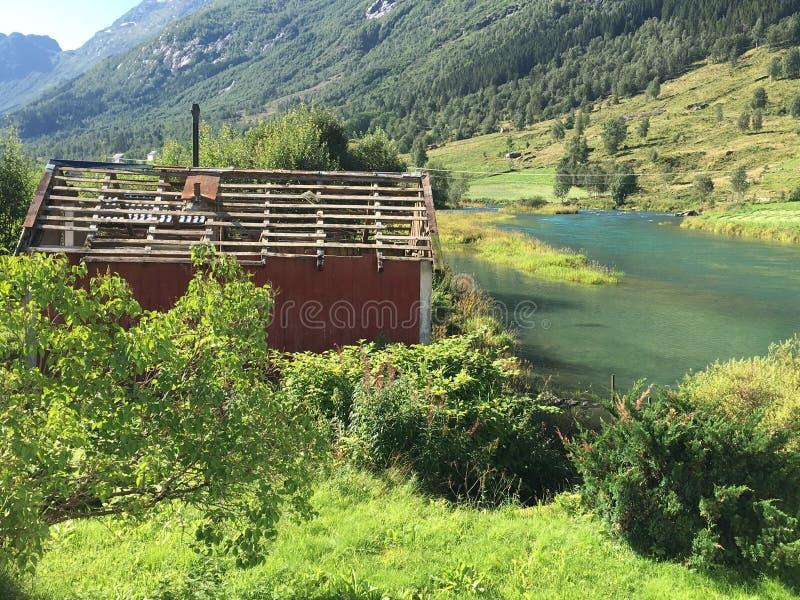 El viejo funcionamiento abajo vertió a lo largo de una Noruega fotografía de archivo libre de regalías