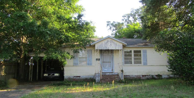 El viejo hogar olvidado se fue vacante foto de archivo libre de regalías