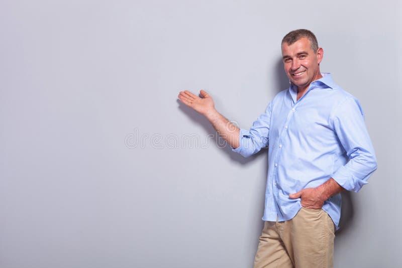 El viejo hombre casual presenta con la mano en bolsillo fotografía de archivo