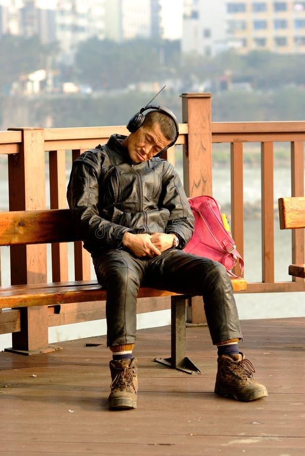 El viejo hombre de Ya'an China-Uno está durmiendo debajo del sol fotos de archivo