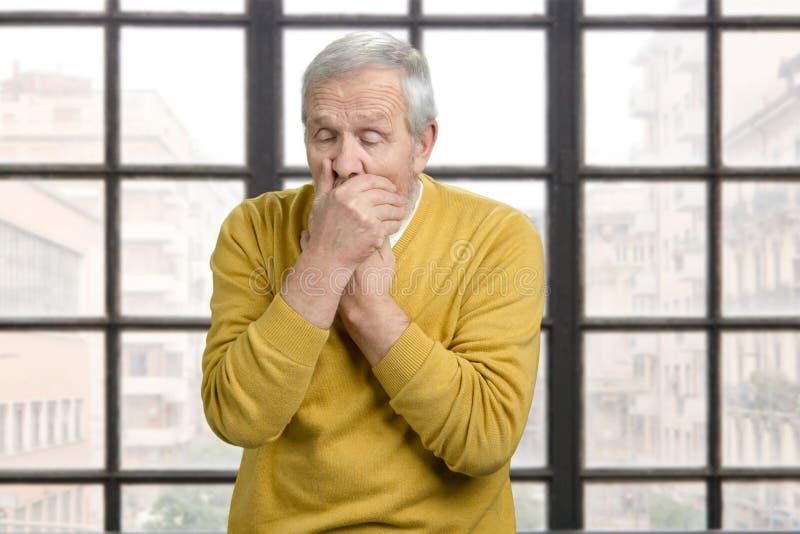 El viejo hombre enfermo caucásico es el cohghing interior imágenes de archivo libres de regalías
