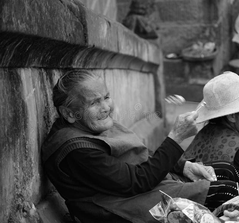 El viejo hombre que mira fijamente en la distancia fotos de archivo libres de regalías