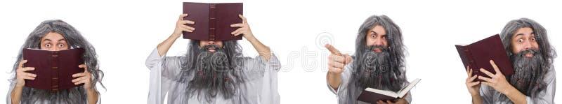 El viejo mago divertido con el libro foto de archivo