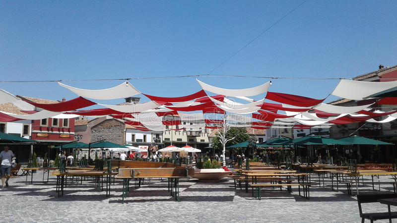 El viejo marketsquare de Korca de la ciudad de la calle colorea travelphotography fotografía de archivo