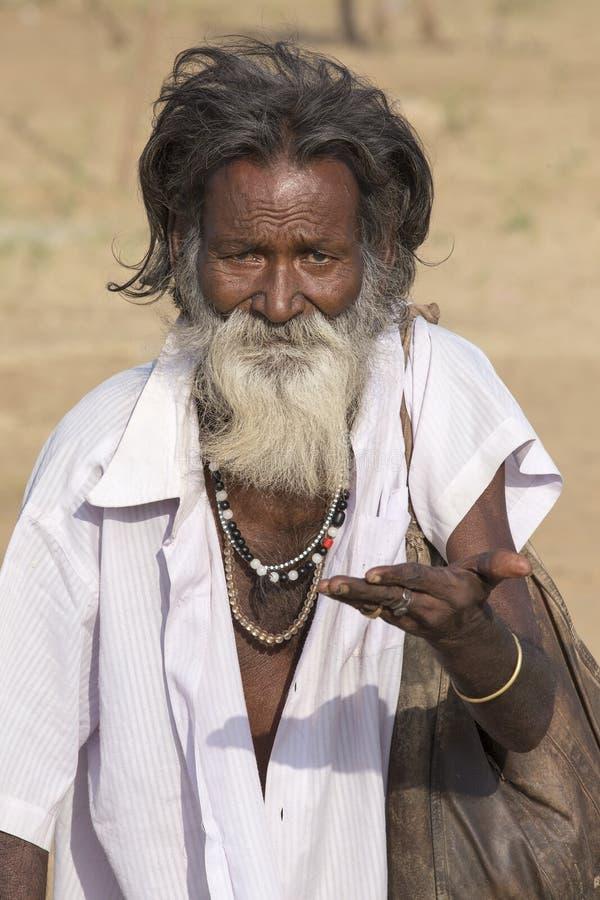El viejo mendigo indio espera limosnas en una calle Pushkar, la India imagen de archivo