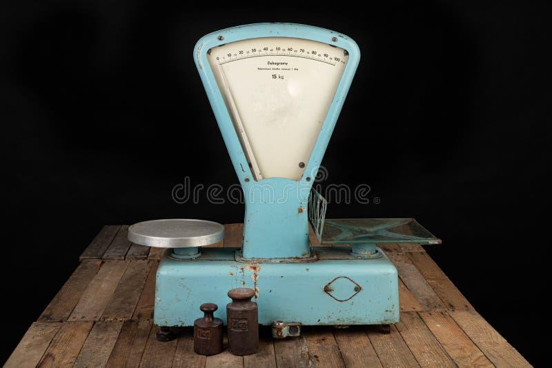 El viejo peso para pesar materias a partir de la era comunista Accesorios de la tienda en una tabla robada foto de archivo