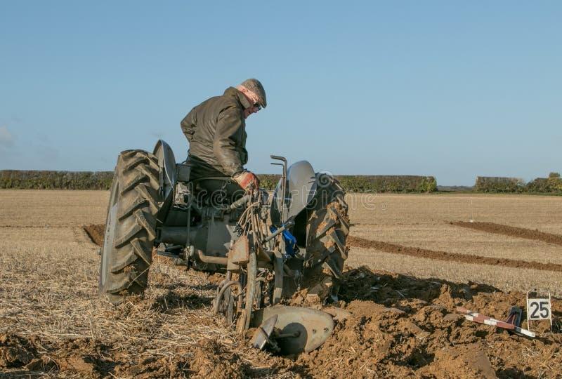 El viejo vado fergusen el tractor en el partido de arado imagen de archivo libre de regalías