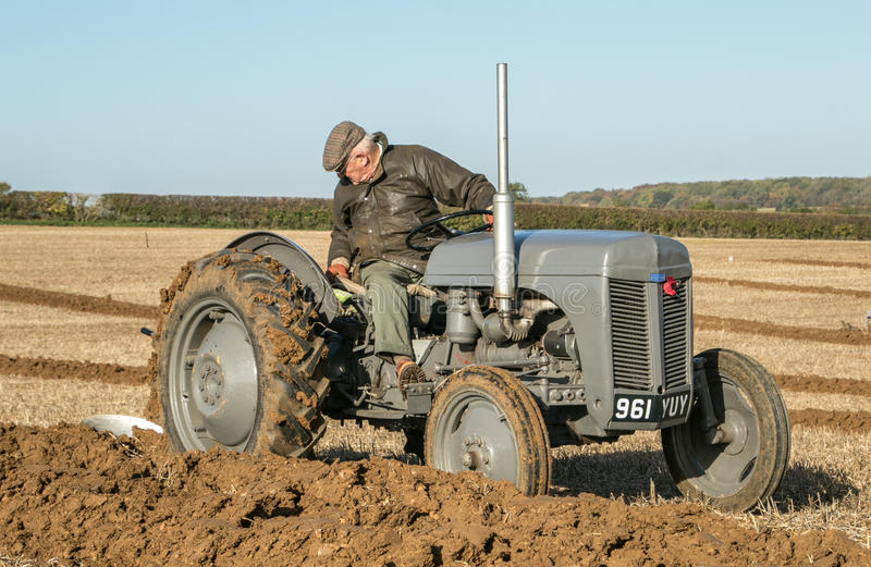 El viejo vado fergusen el tractor en el partido de arado fotos de archivo