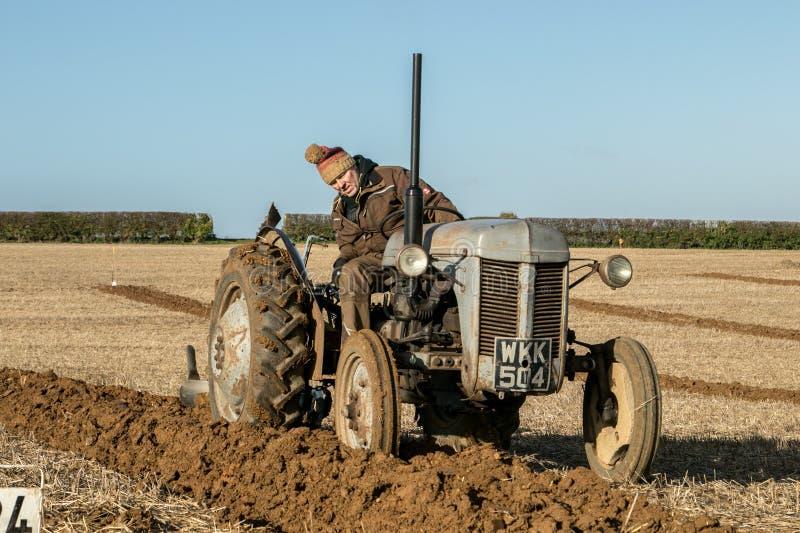 El viejo vado fergusen el tractor en el partido de arado fotos de archivo libres de regalías