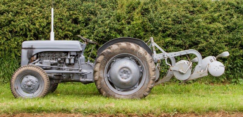 El viejo vado fergusen el tractor y la paleta fotos de archivo libres de regalías