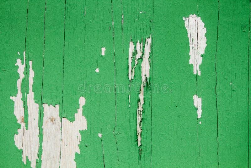 El viejo verde sucio y resistido pintó el fondo de madera de la textura del tablón de la pared foto de archivo
