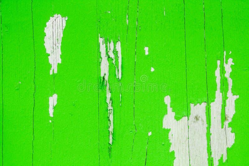El viejo verde sucio y resistido pintó el fondo de madera de la textura del tablón de la pared que pelaba apagado fotografía de archivo