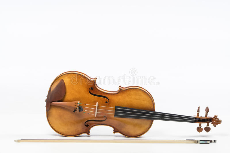 El viejo violín, aislado en el fondo blanco Viola, instrumento para la música imagenes de archivo