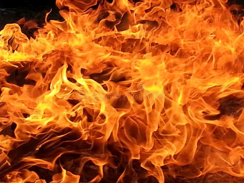 El viento azotó las llamas fotos de archivo