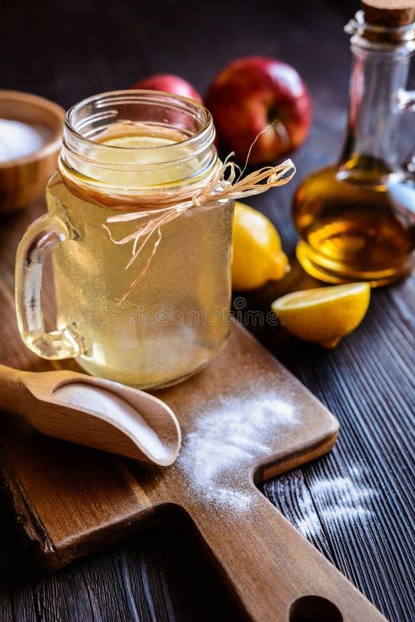 El vinagre de sidra de Apple, el limón y el bicarbonato de sosa beben imagen de archivo libre de regalías