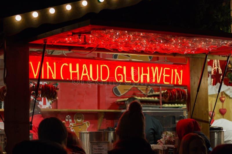 El vino caliente vendió en una cabina de ventas en el mercado de la Navidad en Estrasburgo imagen de archivo libre de regalías