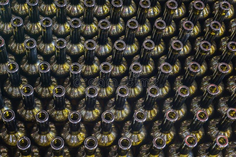 El vino embotella el fondo, proceso de la vinificación a preparar el vino para embotellar en un lagar, visión superior imagen de archivo libre de regalías