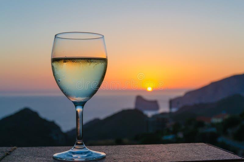 El vino en la puesta del sol fotos de archivo libres de regalías