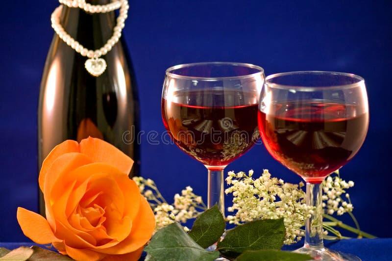 El vino rojo y se levantó imagen de archivo