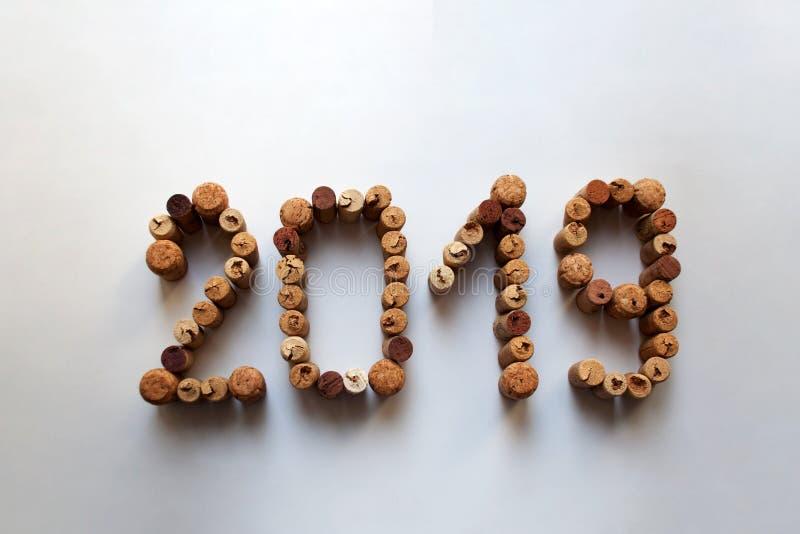 El vino tapa 2019 números con corcho en el fondo blanco fotos de archivo libres de regalías