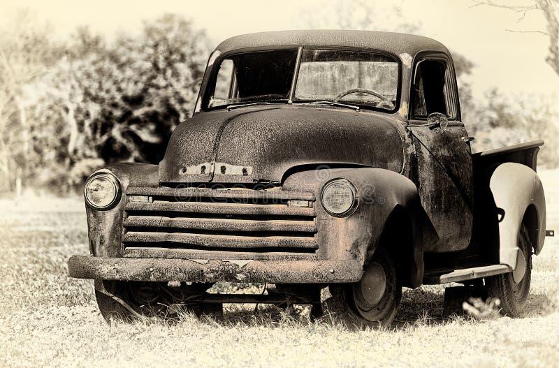 El vintage abandonado aherrumbró camioneta pickup de Chevrolet fotos de archivo libres de regalías