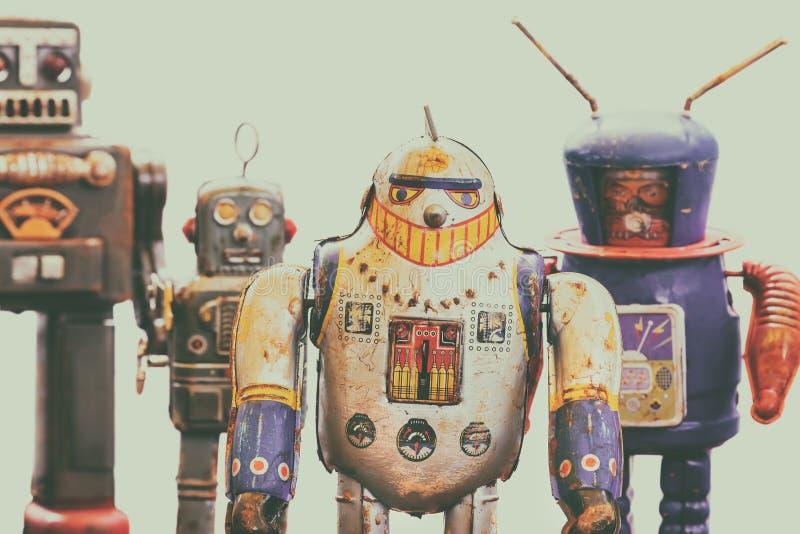El vintage cuatro aherrumbró los robots coloridos del juguete de la lata imagenes de archivo