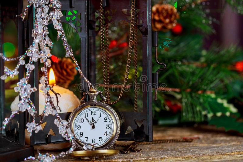 El vintage de la Navidad y del Año Nuevo s registra mostrar cinco a la medianoche Vela ardiente de la tarde festiva fotografía de archivo