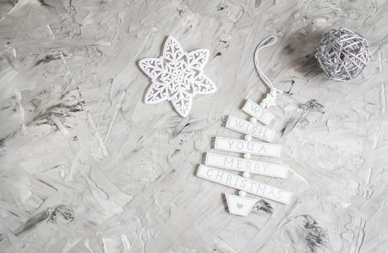 El vintage del concepto del partido del Año Nuevo de la decoración de la Navidad juega la rama de árbol blanca de abeto de la est fotografía de archivo libre de regalías