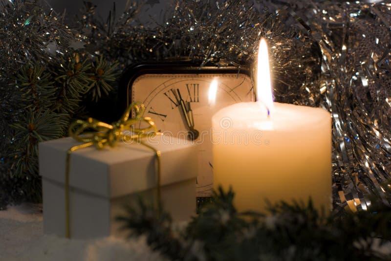 El vintage del ` s de la Navidad y del Año Nuevo registra mostrar cinco a la medianoche Tarde festiva con la caja de regalo fotografía de archivo