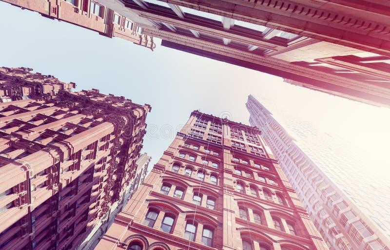 El vintage entonó edificios viejos y nuevos en Manhattan en la puesta del sol, NYC fotos de archivo