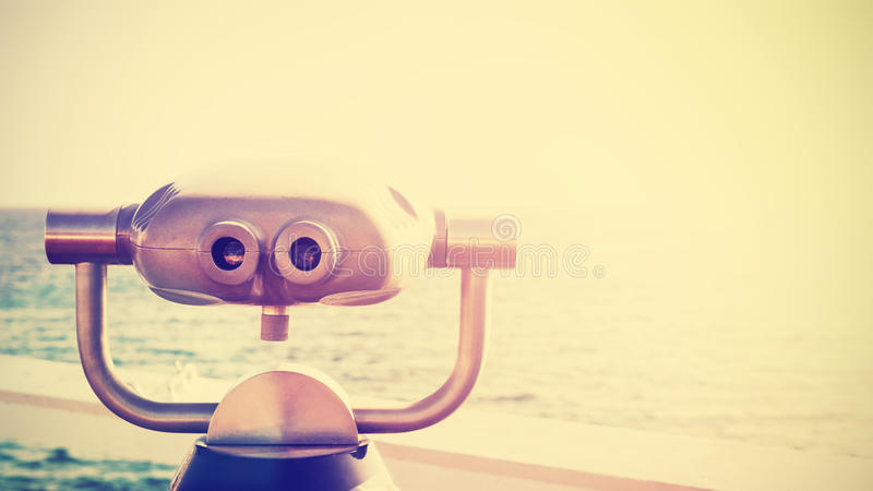 El vintage entonó la foto de un acentuado binocular en el horizonte fotos de archivo