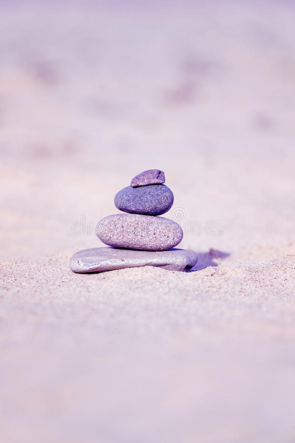El vintage entonó la pirámide de piedra en la playa fotografía de archivo libre de regalías