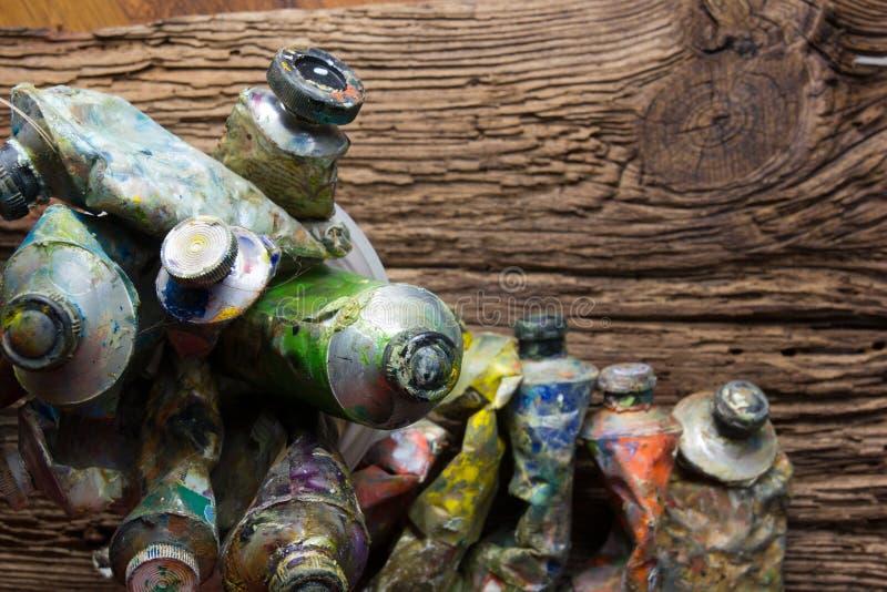 El vintage estilizó la foto del primer multicolor de los tubos de la pintura del aceite y fotografía de archivo libre de regalías