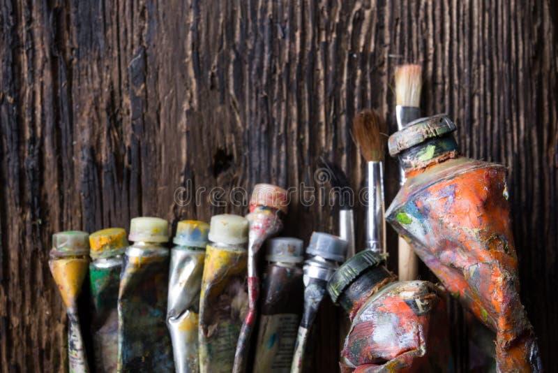 El vintage estilizó la foto del primer multicolor de los tubos de la pintura del aceite y imagenes de archivo