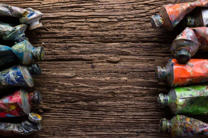El vintage estilizó la foto del primer multicolor de los tubos de la pintura del aceite y fotografía de archivo