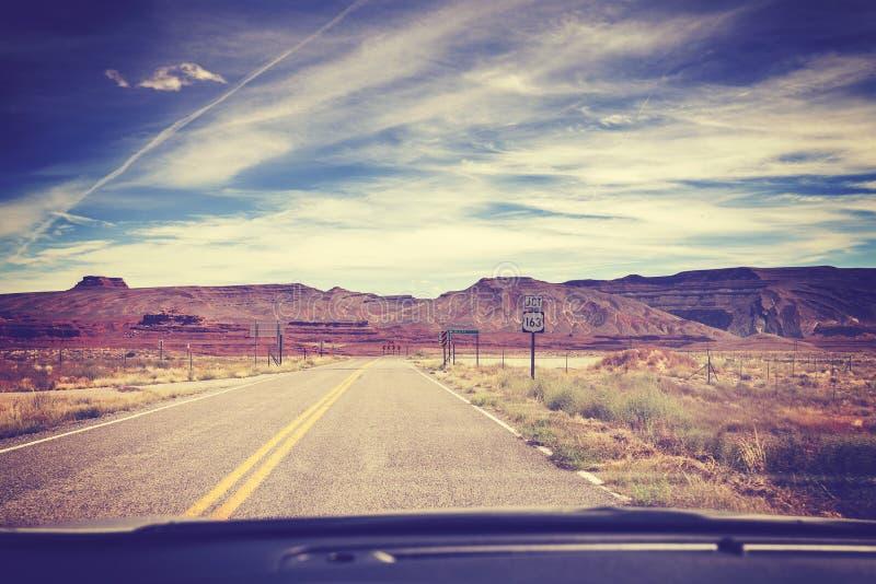 El vintage filtró el camino, foto tomada del asiento delantero de un coche, foto de archivo libre de regalías