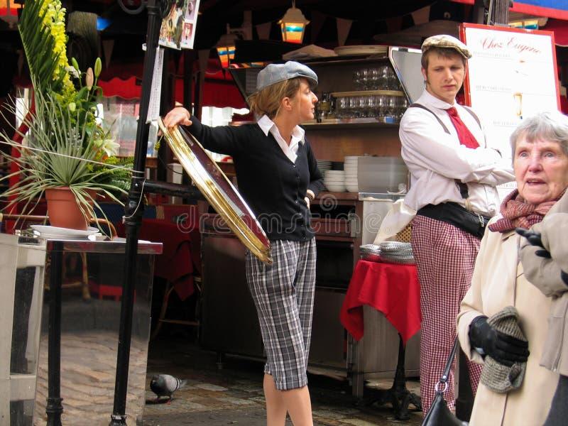 El vintage francés uniformó a revendedores jovenes en el café de Montmartre fotografía de archivo
