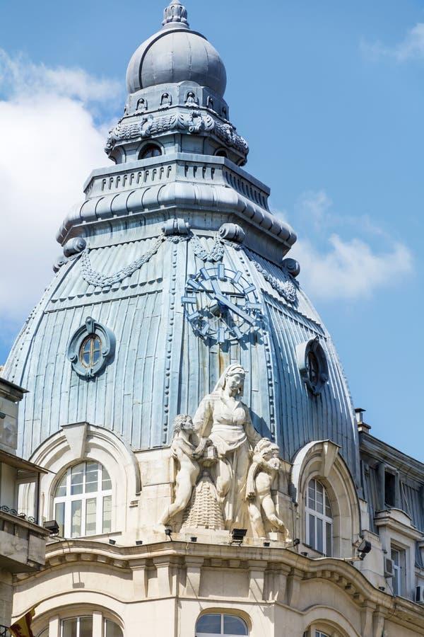 El vintage hermoso adornó el tejado de un edificio viejo hermoso en Sofía, Bulgaria fotografía de archivo