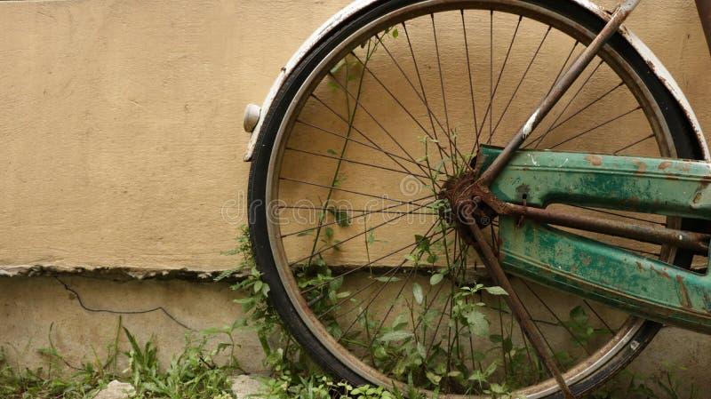 El vintage viejo rueda adentro el jardín fotografía de archivo