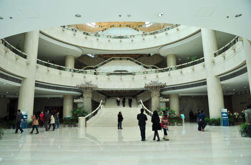 El visitar del museo fotos de archivo
