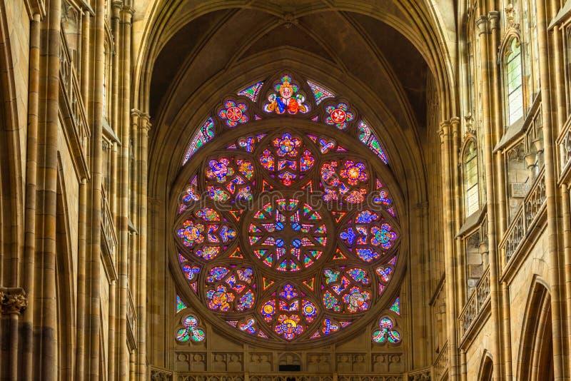 El vitral subi? ventana de St Vitus Cathedral en Praga imagen de archivo libre de regalías