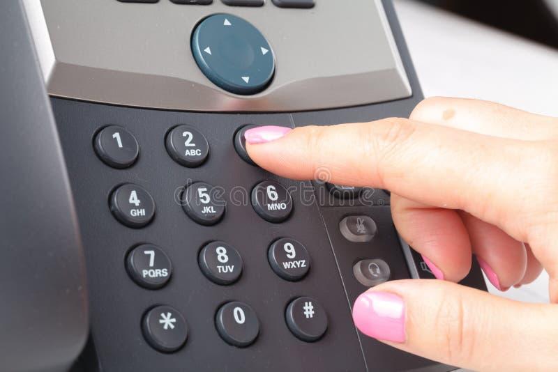 El voip de marca llama por teléfono en el detalle de la oficina, del teclado y del monitor en el fondo imagen de archivo libre de regalías