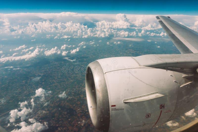 El volar al destino del día de fiesta fotografía de archivo libre de regalías